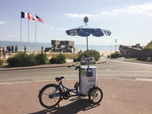 Le triporteur de l'Office de Tourisme d'Isigny-Omaha stationné à Vierville-sur-Mer